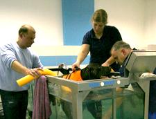 Pies w trakcie zabiegu na bieżni wodnej